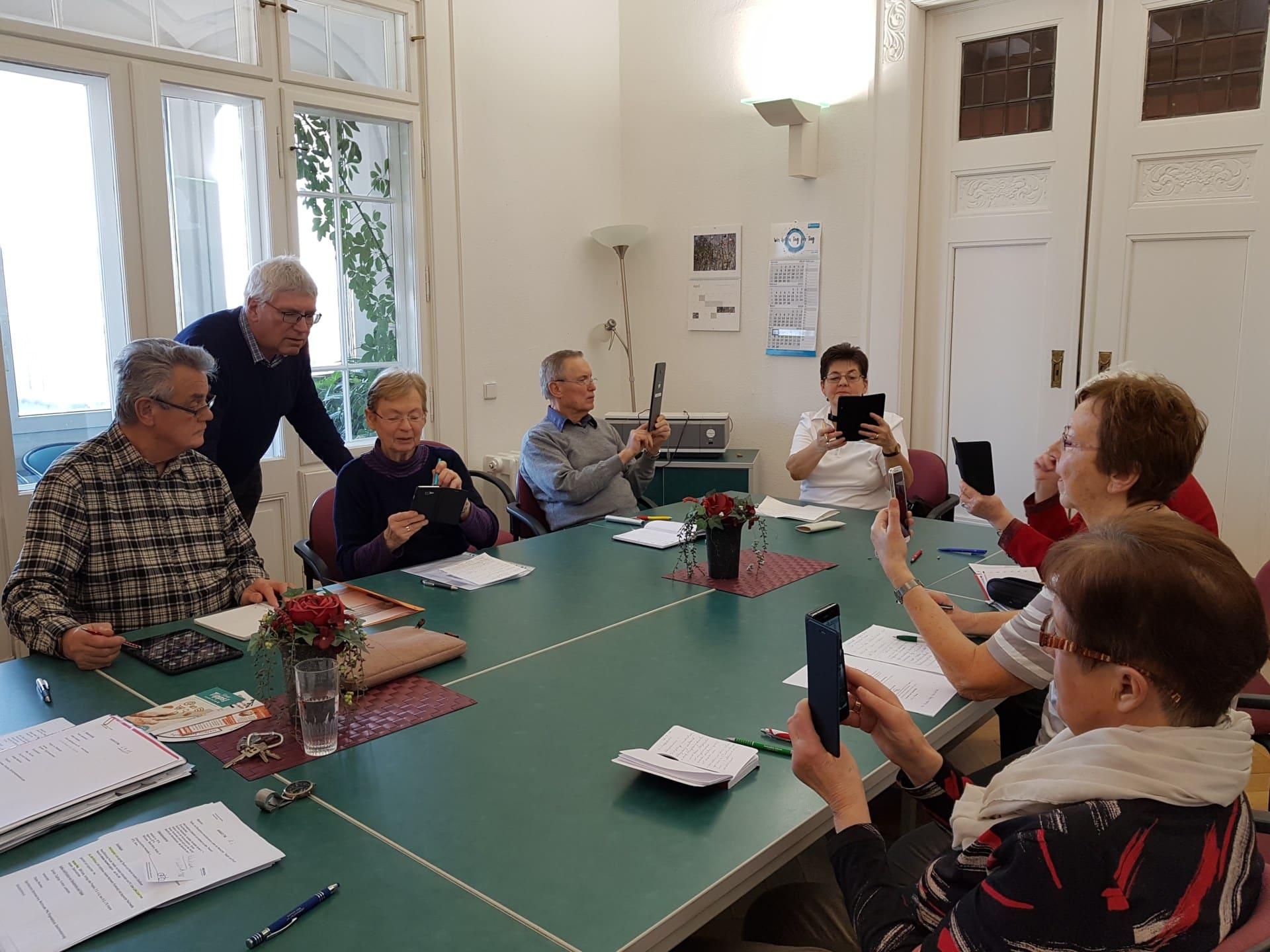 Kursteilnehmer im Seniorenbüro