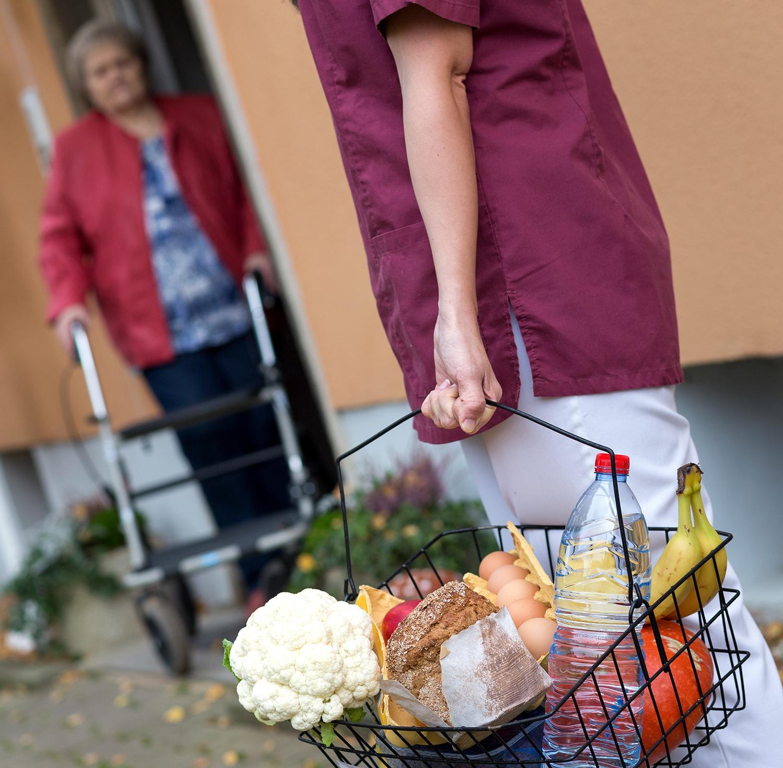 Lieferung von Einkäufen für ältere Dame an die Haustür