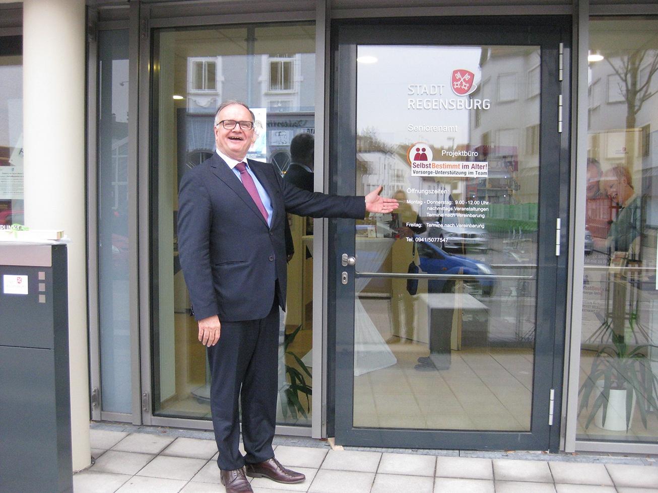 Herbert Lerch steht im Eingang zum Projektbüro