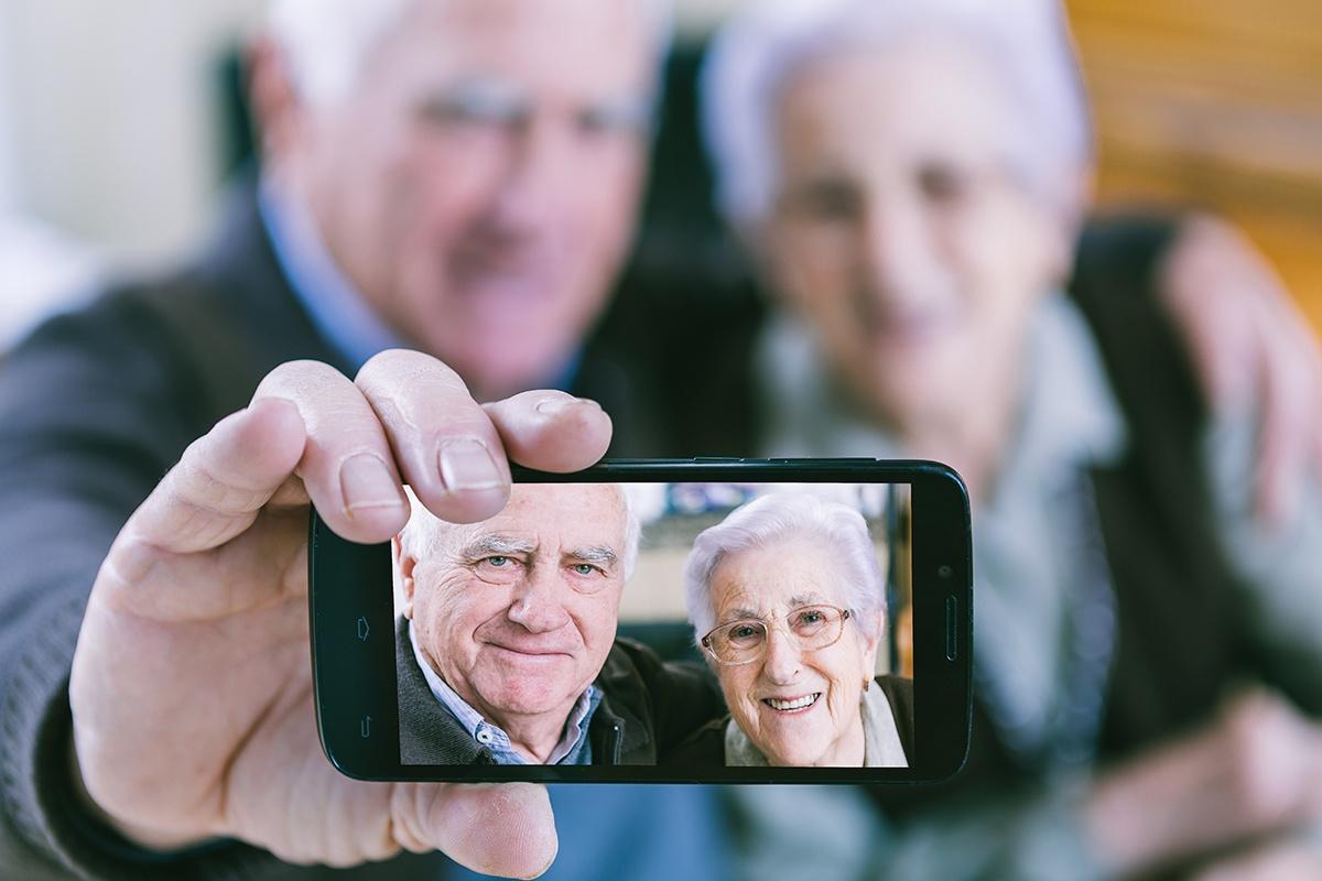 älteres Ehepaar beim Selfie
