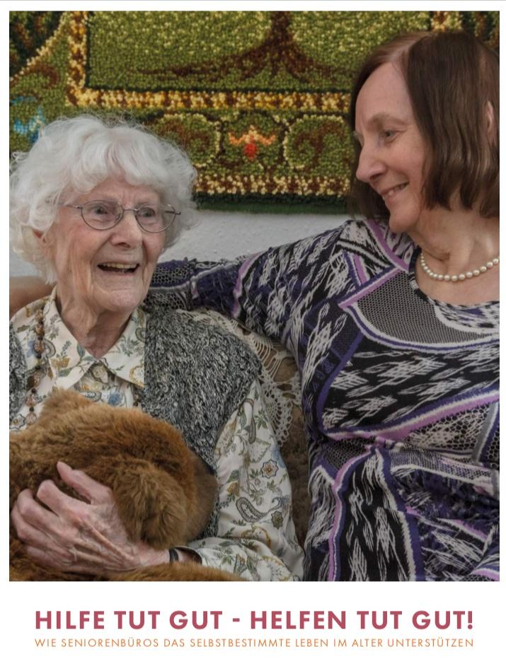 Cover - Zwei Damen auf einem Sofa, die Jüngere legt liebevoll den Arm um die ältere Dame