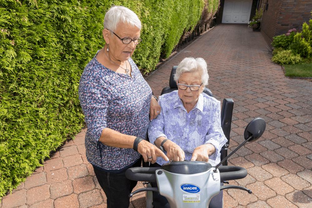 Ältere Dame bekommt Einweisung ins Elektromobil