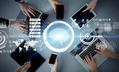 Darstellung digitaler Werkzeuge, wie Handy, PC, Tablet ..