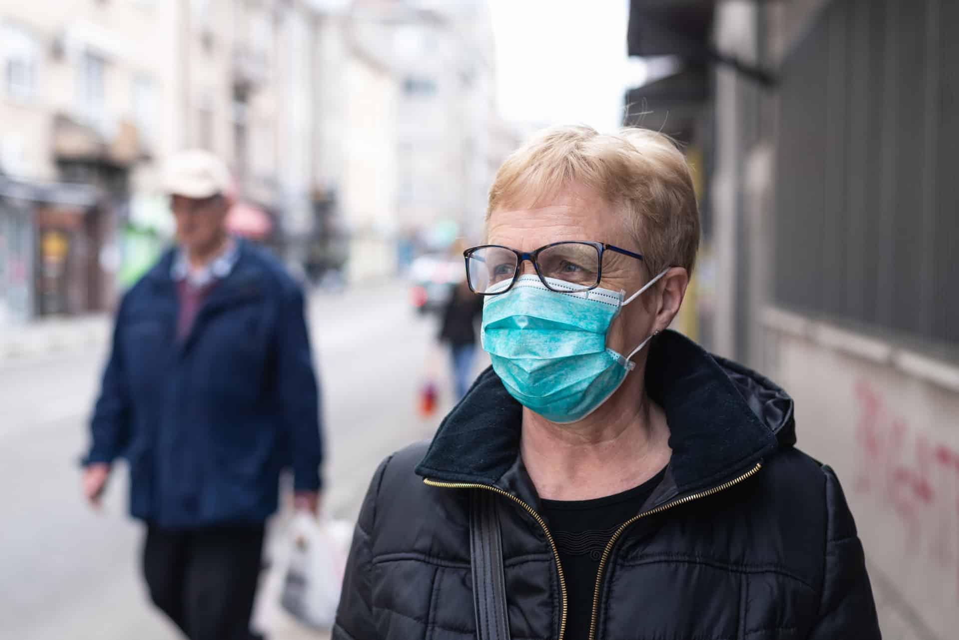 Seniorin mit Maske gegen das Corona-Virus