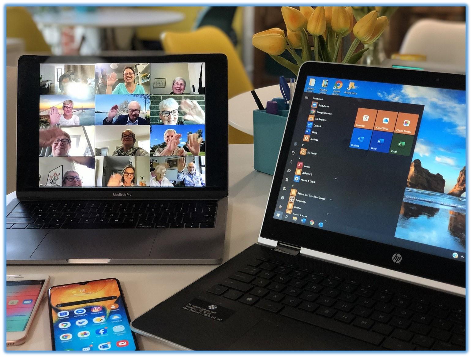 Zwei Bildschirme zeigen einzelne Programme und TeilnehmerInnen eines Webinars